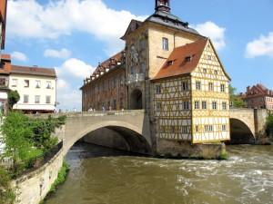 Das berühmte Brücken-Rathaus von Bamberg in der Regniz